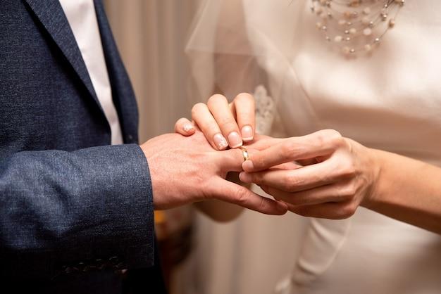 신부는 신랑에게 반지를 끼 웁니다. 혼례