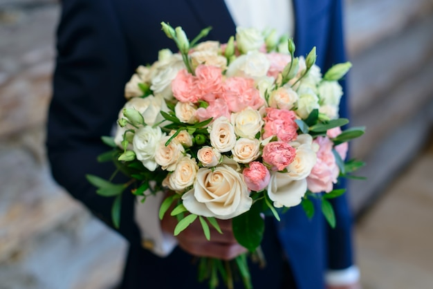鮮やかな花と花嫁の花束