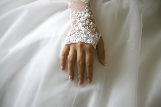 신부는 그녀의 손질 된 손을 보여줍니다.