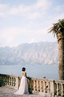 구시가지의 아름다운 풍경에 서 있는 신부