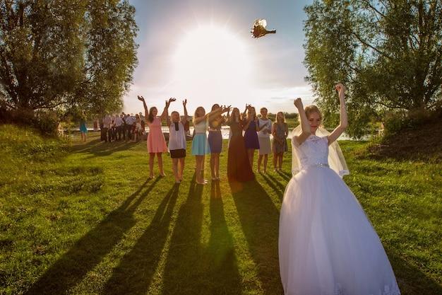 花嫁は花束を投げます