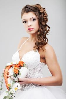 ウェディングブーケを持つ花嫁
