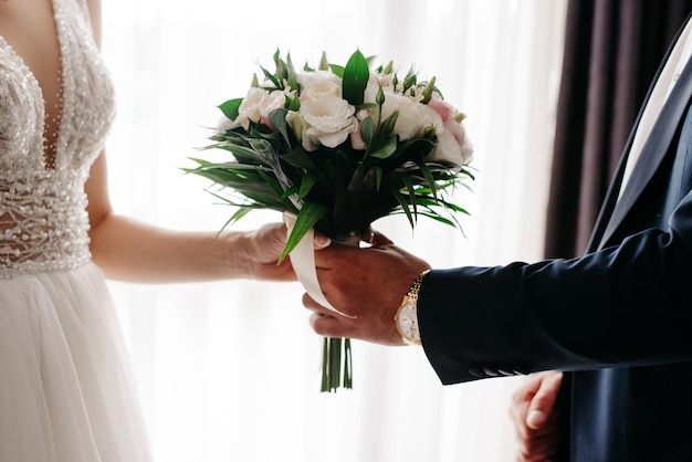 新郎と新婦が持っている花嫁の花束