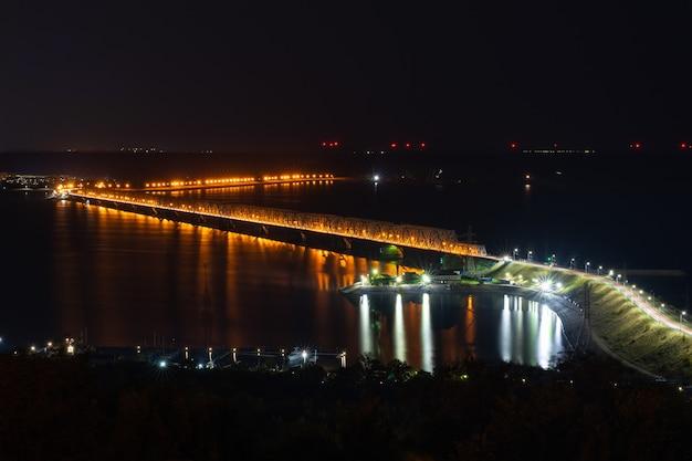 Мост в ночное время. улица в ночное время. императорский мост в ульяновске, пятый по длине в россии. вечерний пейзаж.