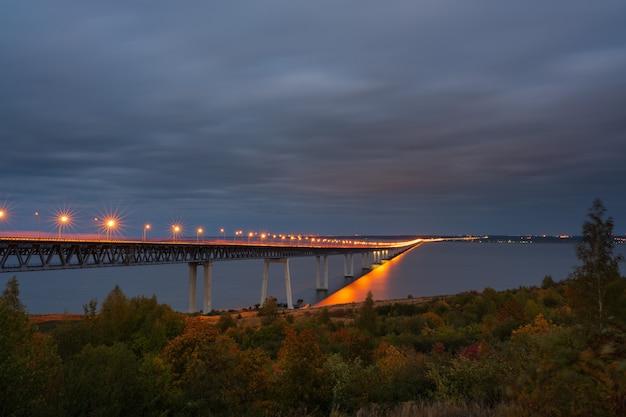 Мост в ночное время. улица в ночное время. президентский мост в ульяновске - пятый по длине в россии. вечерний пейзаж.