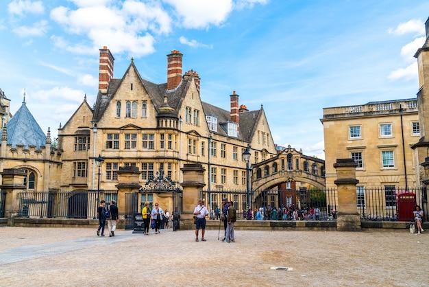 イギリスのオックスフォードにあるハートフォード大学の2つの建物をつなぐため息橋。