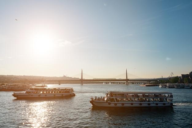 Мост золотого рога в вечернем солнце вид с галатского моста