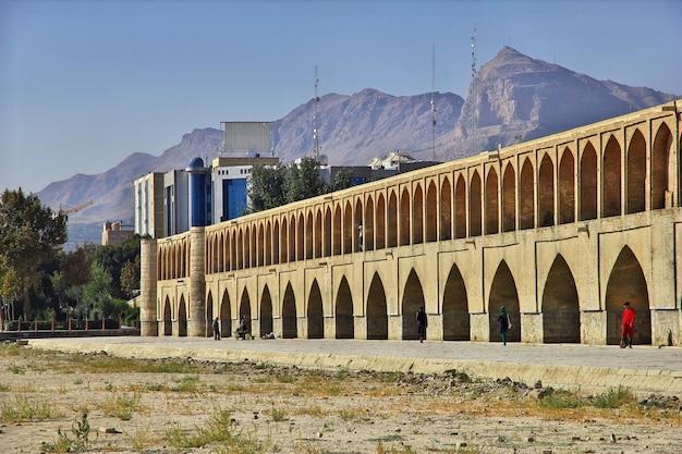 イランのイスファハンの乾いた川に架かる橋