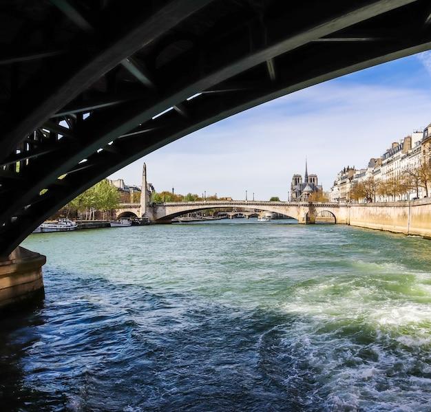 Мост через реку сену обрамляет собор нотр-дам перед пожаром апрель париж франция