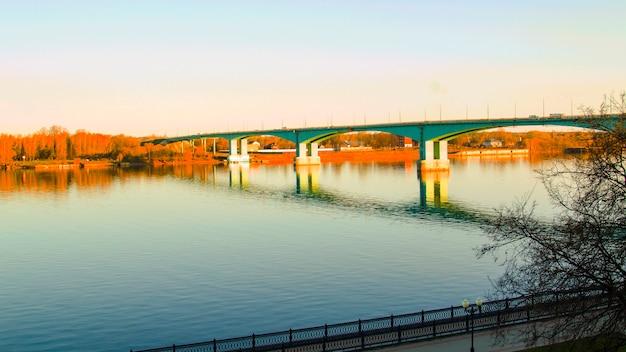 일출에 큰 강 다리입니다. 기차용 다리