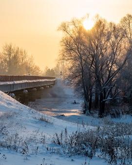 冬の夜の川に架かる橋
