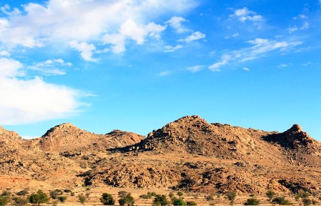 Яркое голубое небо над горами