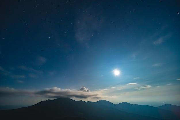 구름 배경에 별이 빛나는 하늘에 밝은 달