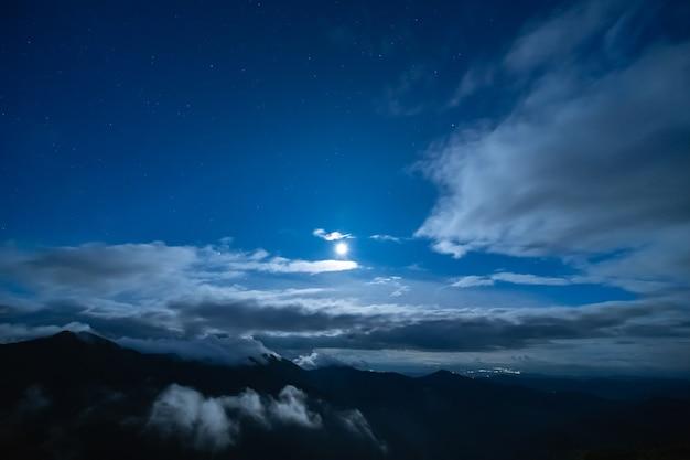 구름 배경에 밝은 달