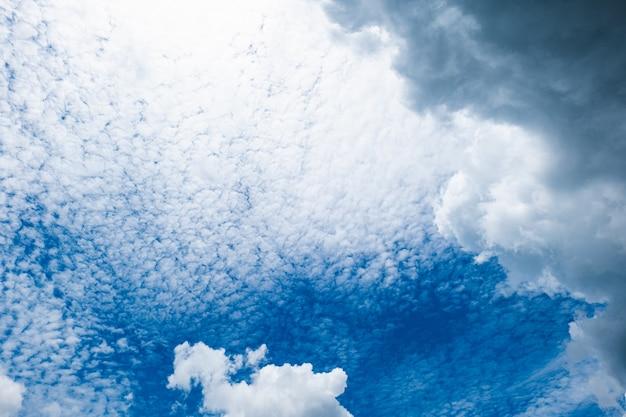 Яркое небо вот-вот повлечет за собой наступление темноты. будет дождь или шторм?