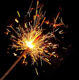 Яркий бенгальский огонь горит