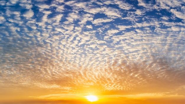 青い空に満ちた明るい太陽とふわふわの雲、自然の写真。