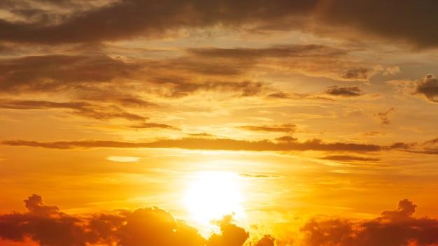 明るさの日の出とオレンジ色の空の雲、自然の黄金の時間のパノラマ写真。