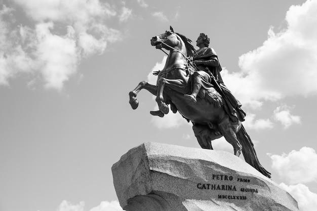 Медный всадник фальконе (1782 г.) - конная статуя петра великого на сенатской площади в санкт-петербурге, россия. черно-белая фотография