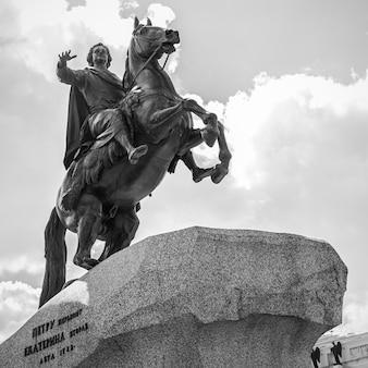 Медный всадник - конная статуя петра великого на сенатской площади в санкт-петербурге, россия. достопримечательность и символ города. черно-белая фотография