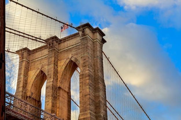 Бруклинский мост, нью-йорк. архитектурная деталь на летнем закате. пилон бруклинского моста