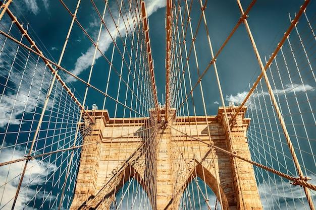 Бруклинский мост, нью-йорк, сша. тонированное фото