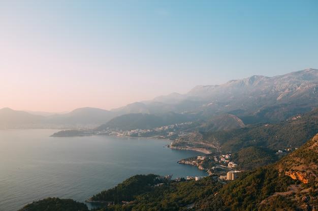 Будванская ривьера в черногории. морское побережье черногории.