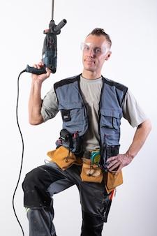 ビルダーはドリルアップを保持します。建設中の荷降ろし、および安全メガネ。あらゆる目的のために。