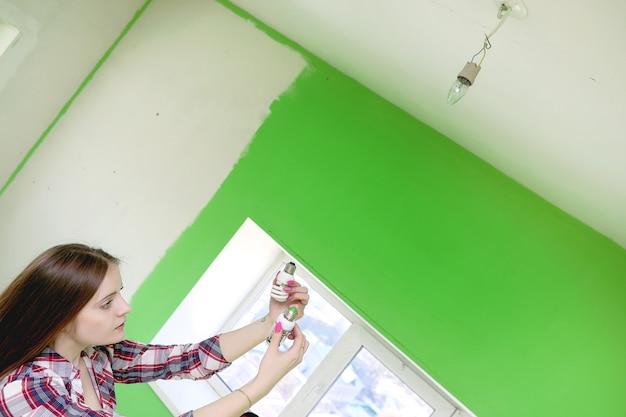 건축업자는 아파트를 수리합니다. 벽의 석고 및 페인팅 작업을 마무리합니다. 마스터는 페인트 드릴과 전기로 작업합니다.