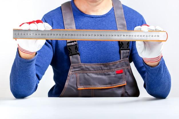 Строитель мер. профессиональный строитель с инструментом.