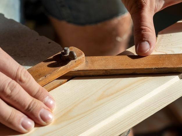 Builderは、特別なツールを使用して目的の角度を測定します。閉じる