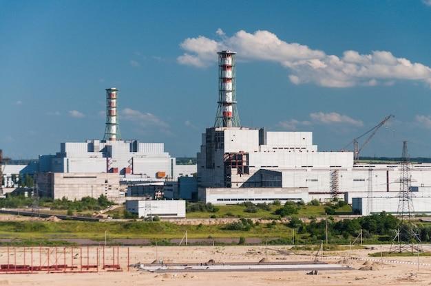 Здание и корпуса атомной электростанции. индустриальный пейзаж.