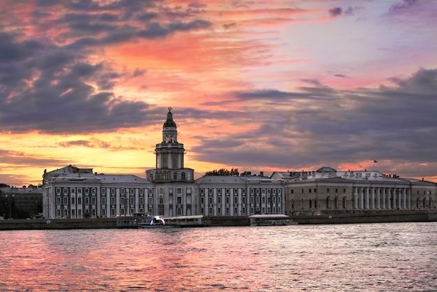 サンクトペテルブルクのカラフルなサンセットskにあるネヴァ川の驚異の部屋の建物