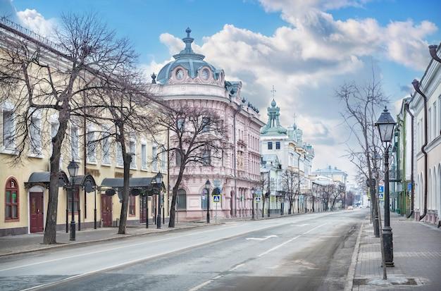 봄날 카잔의 크렘린 거리에 있는 알렉산더 통로 건물