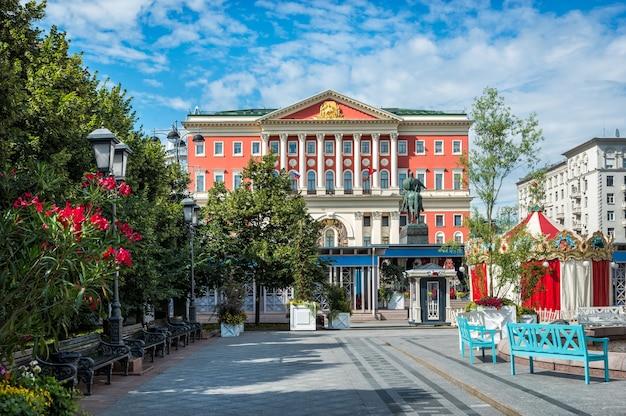 Здание правительства москвы на тверской улице