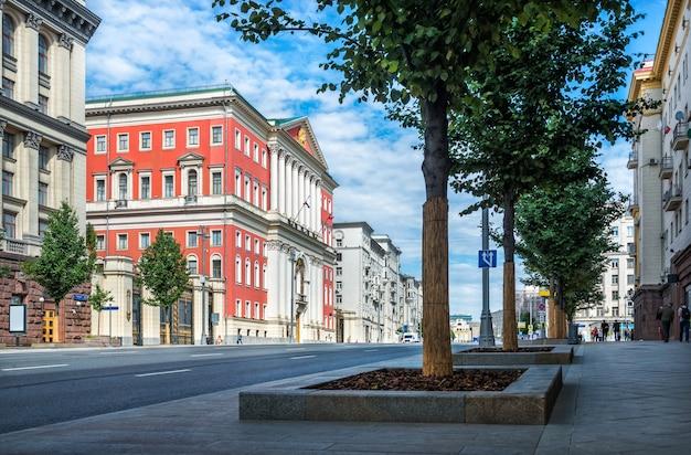 Здание мэрии москвы на тверской улице ранним солнечным утром