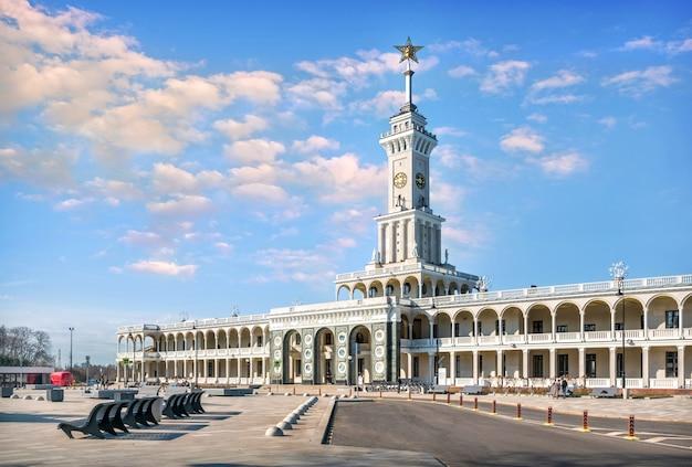 モスクワの尖塔に星が付いた新しいリバーステーションの建物