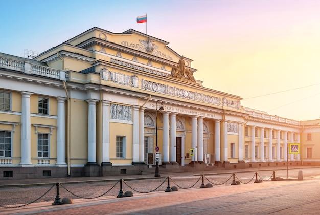 Здание русского этнографического музея в санкт-петербурге ранним осенним утром