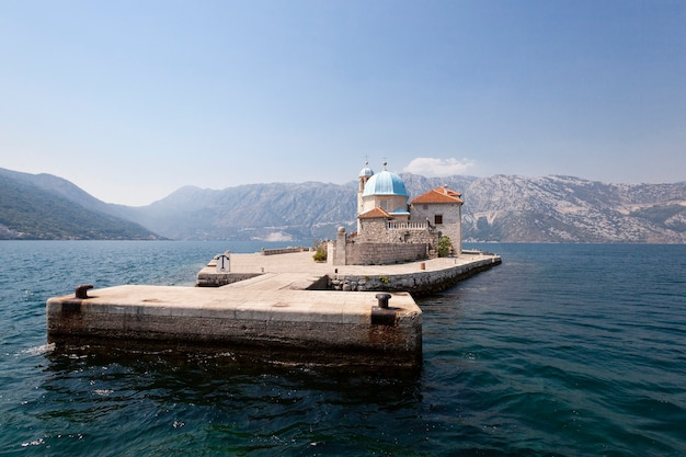 -の海岸に近い海の領土に位置する建物