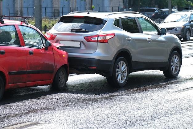 バンパー、ヘッドライト、フードが壊れています。衝突後、損傷した車で路上で自動車事故が発生しました。
