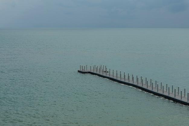 ブイの通路は海に伸びています。