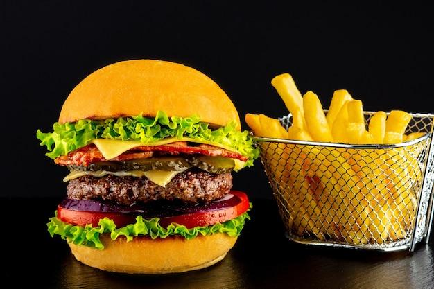 버거가 맛있어요. 육즙이 많은 돈까스가 들어간 햄버거. 돈까스와 양파 샌드위치. 양파와 버거. 감자 튀김과 햄버거. 음식의 날