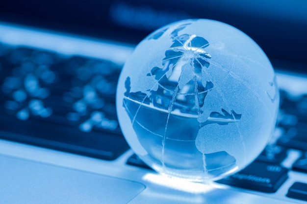 노트북에 유리 세계의 사업 개념