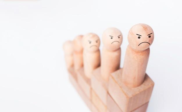 Бизнес-цель с процессом успеха роста для концепции лидерства. крупный план определил лицо на деревянной фигуре как бизнесмен на деревянной диаграмме куба шаги на белом фоне с копией пространства.