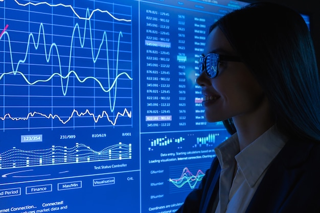Бизнес-леди работает с синим монитором