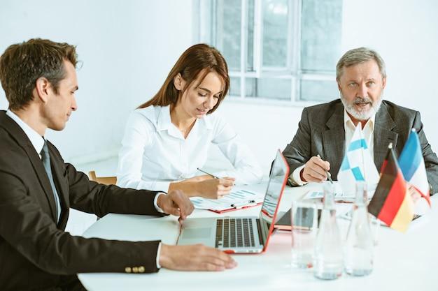 テーブルで一緒に働くビジネスマン。