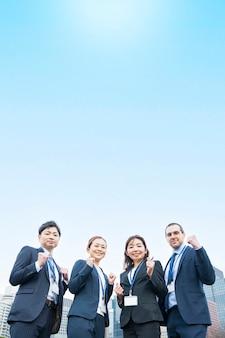 スーツを着たビジネスチームが笑顔で応援ポーズ