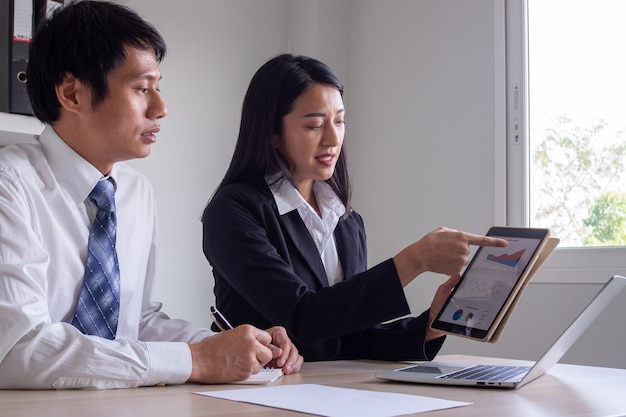 비즈니스 팀은 투자 보고서를 브레인 스토밍하고 그래프로 분석하고 있습니다. 운영 실적 회의
