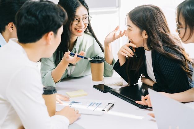 비즈니스 팀원들이 함께 다음 달 계획을 논의하고 있습니다.