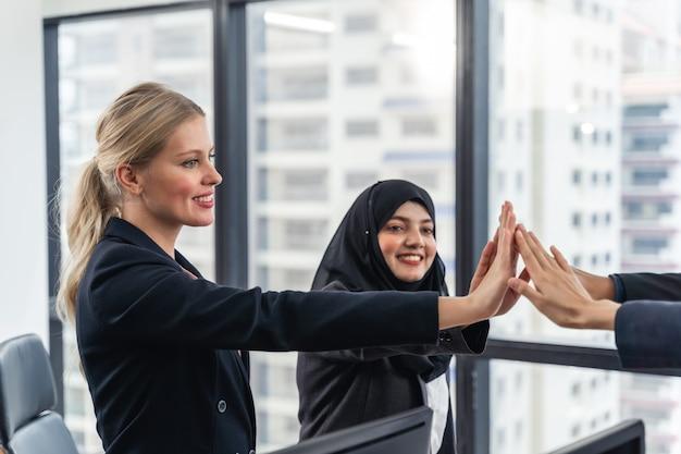 그들의 손으로 단결을 보여주는 비즈니스 팀 프리미엄 사진